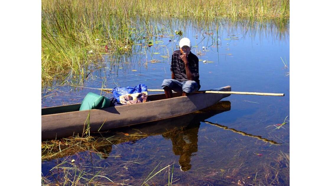 en Mokoro dans le delta del'Okavango7