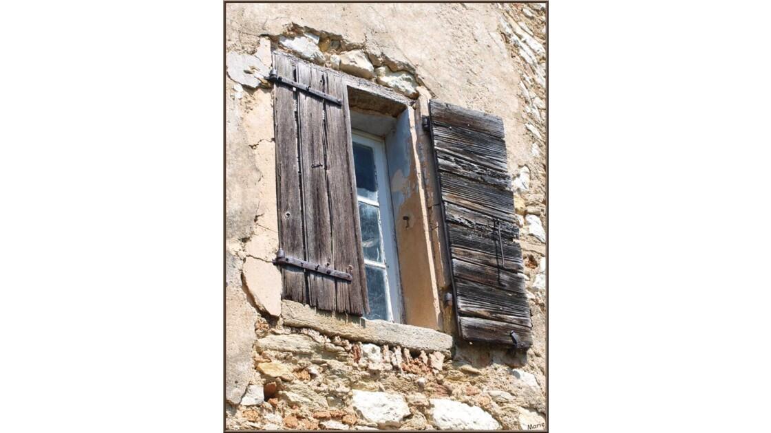 Fenêtre aux vieux volets_P6019207.jpg