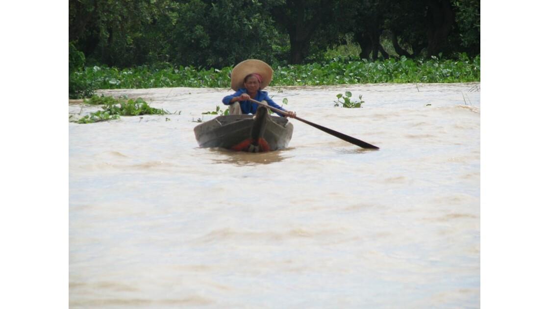 Lac Tonlé Sap Bien seule sur sa barque