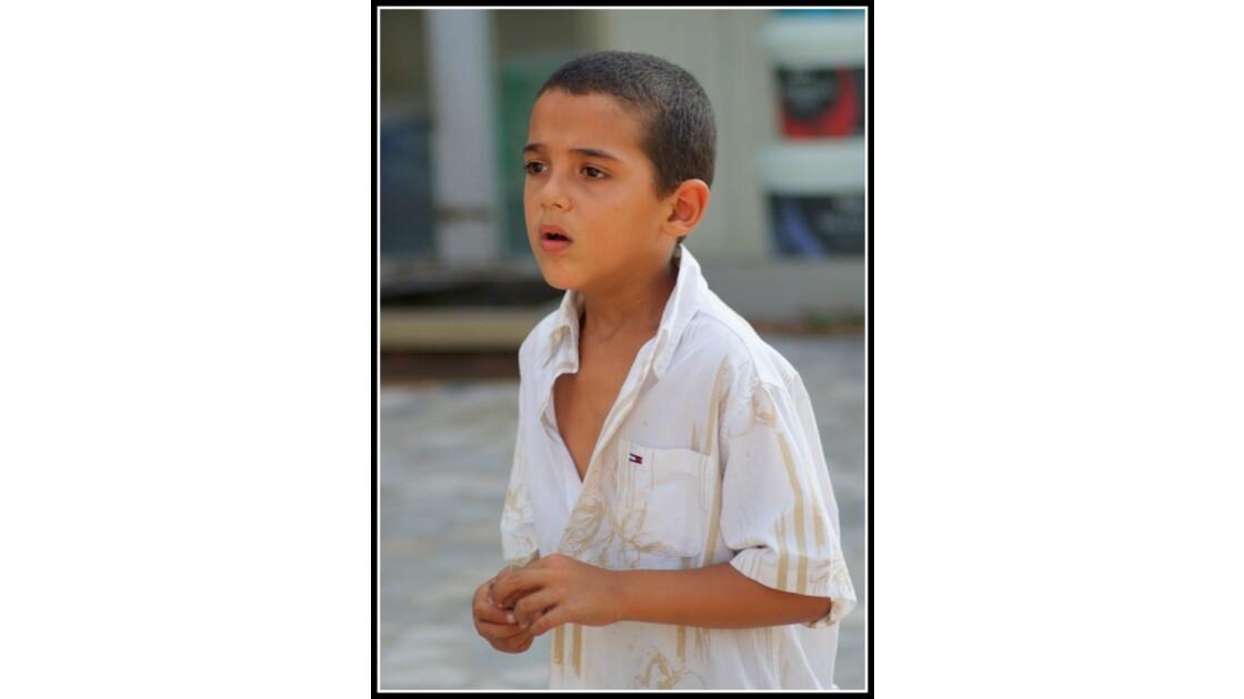 Un enfant dans la rue