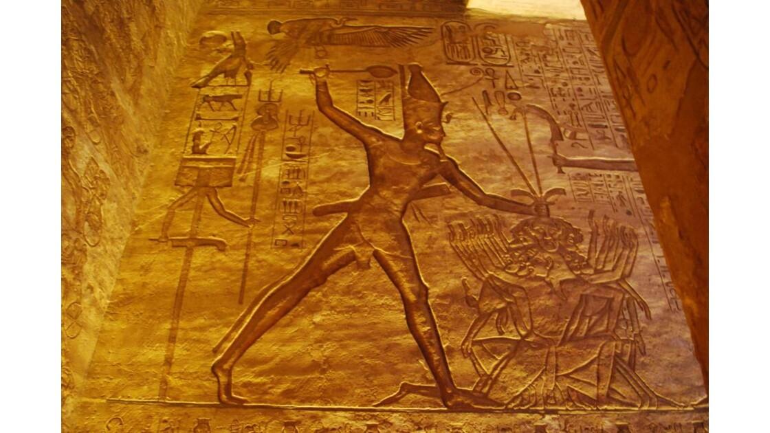 Pharaon pourfend ses ennemis.