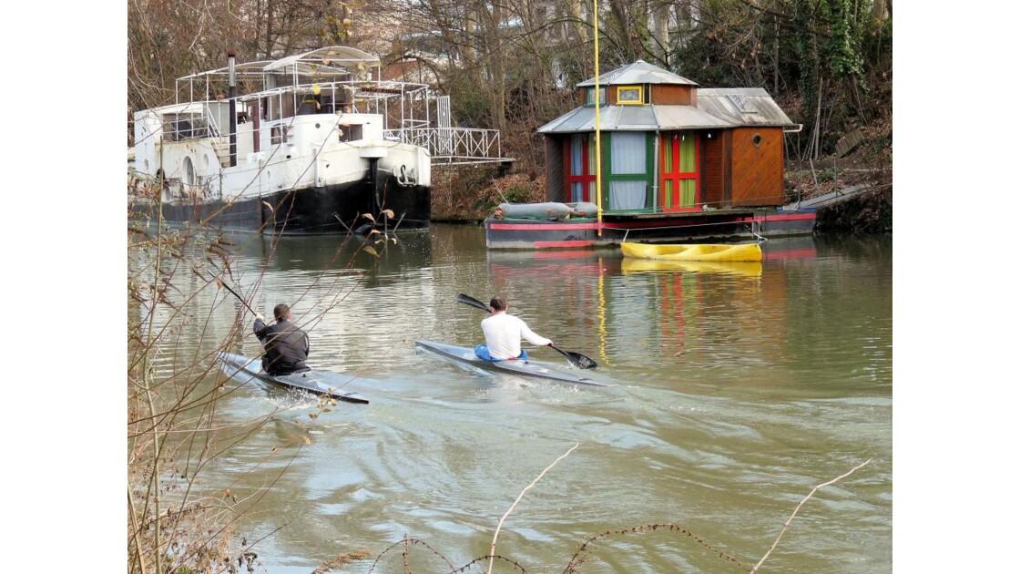 2 kayaks passent