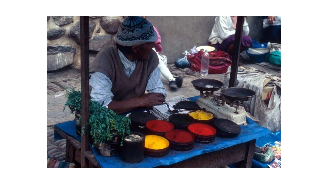 Marchand de couleurs à Pisco