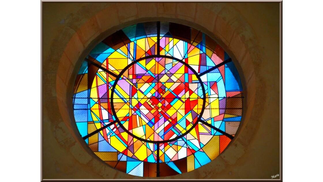 Eglise St Pierre, vitrail rosace entrée
