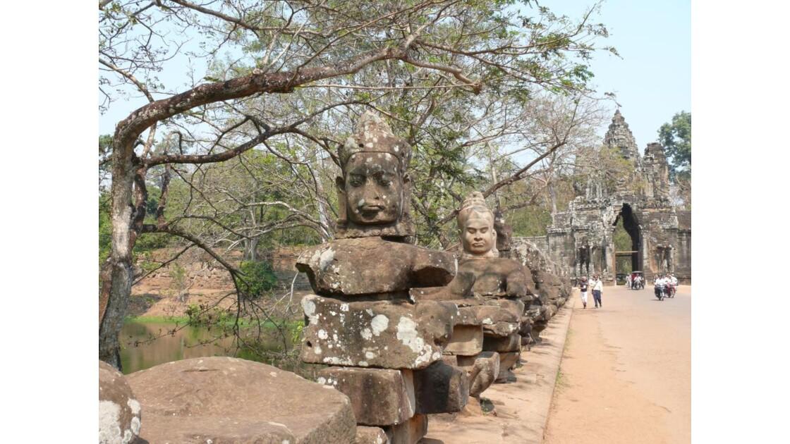 chaussée d'entrée d'Angkor Tom