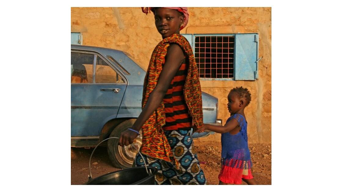 deux_enfants_et_une_voiture.jpg