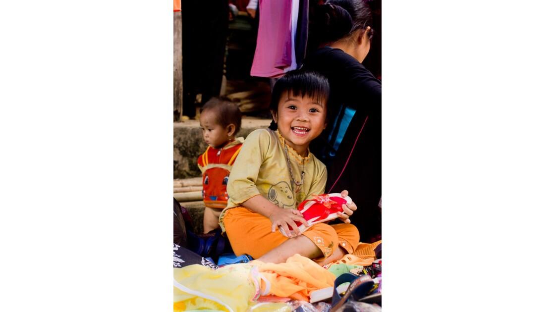 sourire sur le marché de Muong Hum