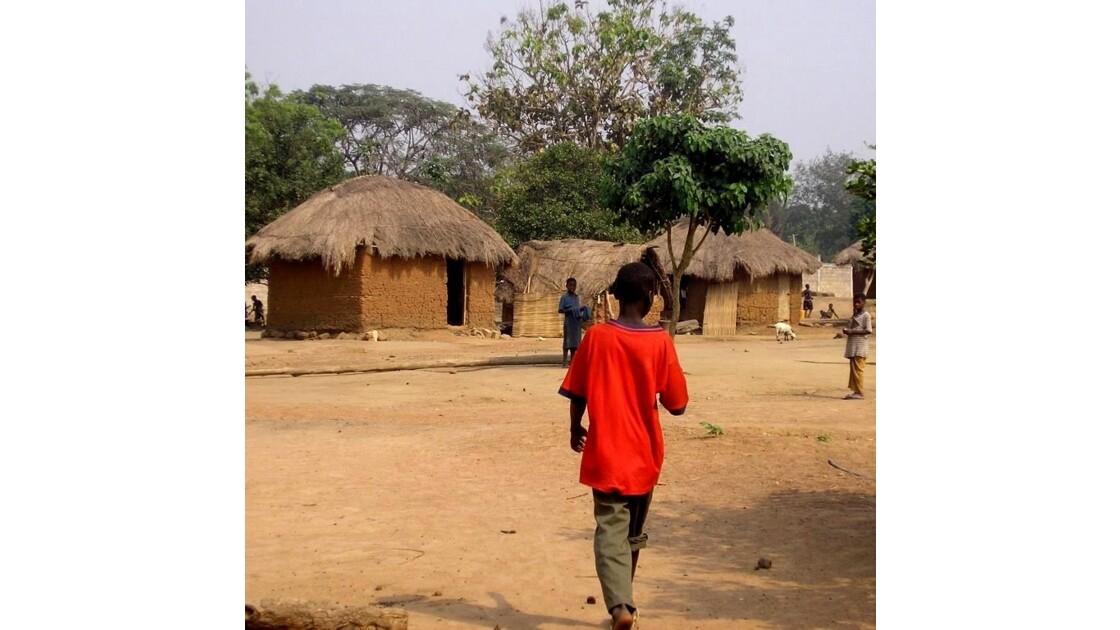 homme au T-shirt rouge dans le village