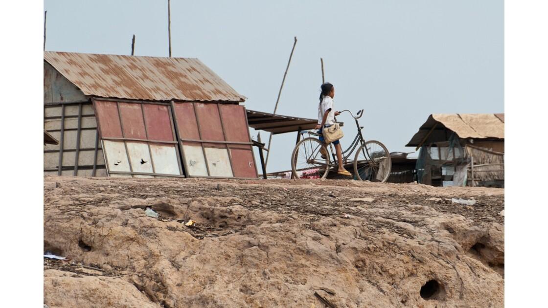 Retour d'école sur une rive du Tonle Sa