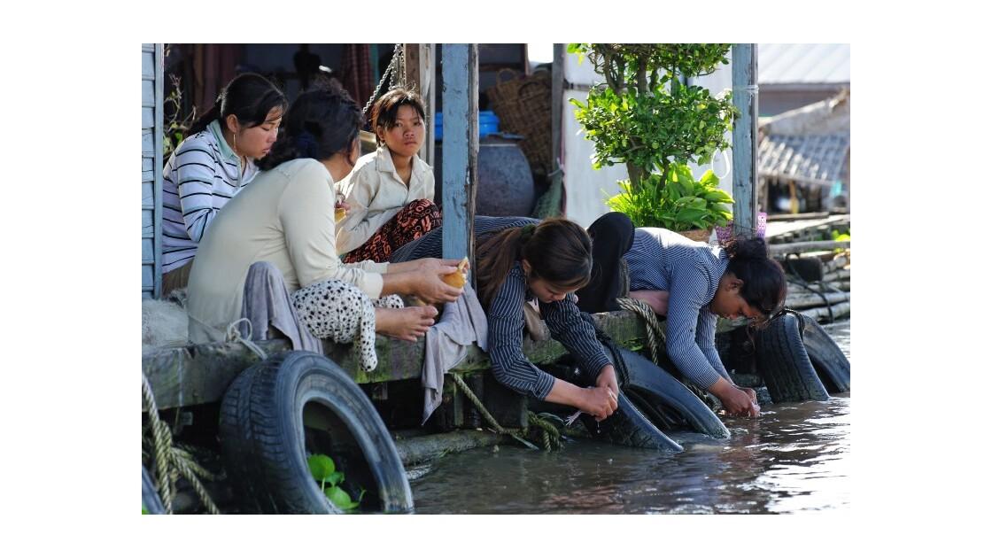 Femmes village flottant Kompong Chhnang