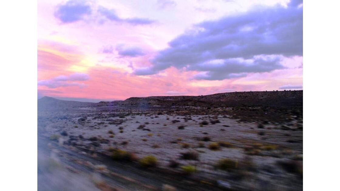 Le train roule vers le soir en Namibia