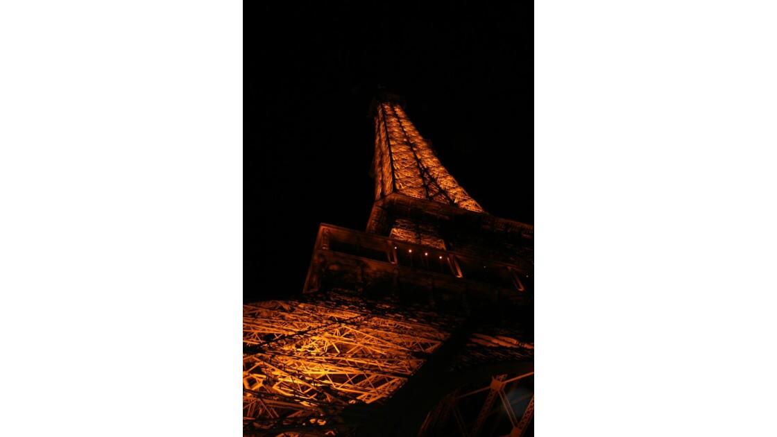 Sous les lumières de la Tour Eiffel