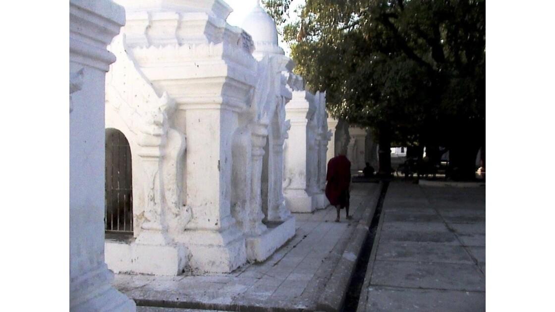 dans 99 stupas blanches contiennent tou