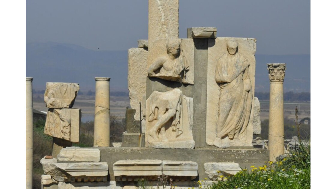 _DSC0994.JPG -Monument de Memnius.