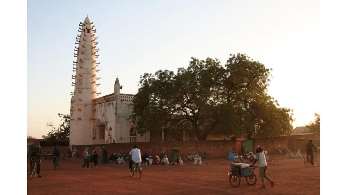 Au pied de la mosquée