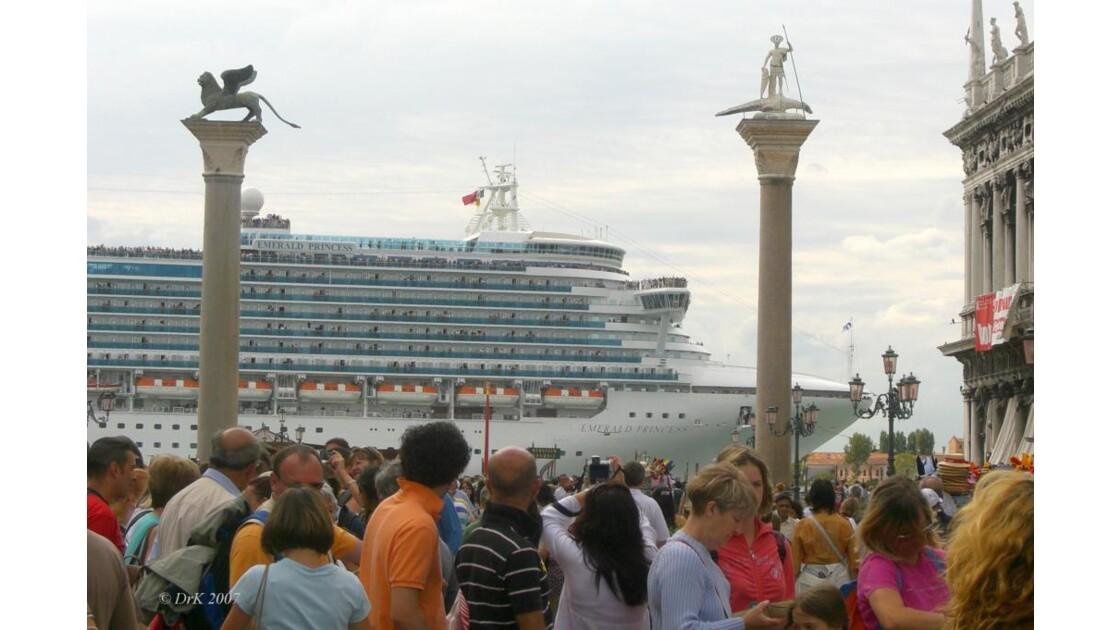 bateau_en_ville.jpg