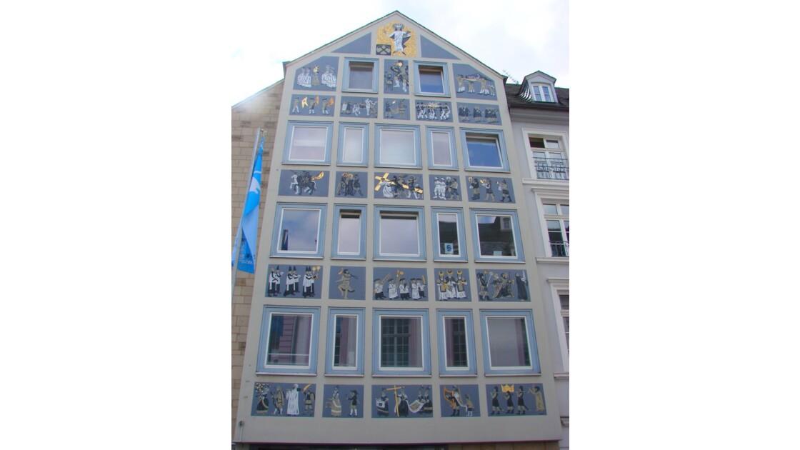 Chemin de croix sur façade.jpg