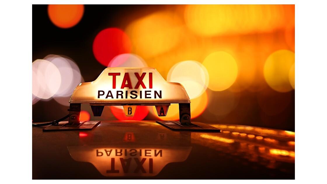 Taxi et néon à Paris