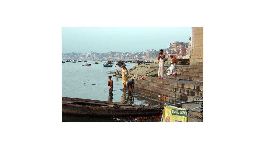 Varanasi, puja dans le Gange.jpg