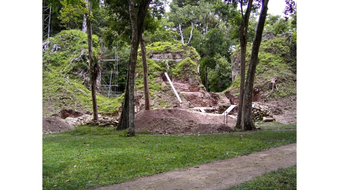 Tikal: vestiges d'une muraille