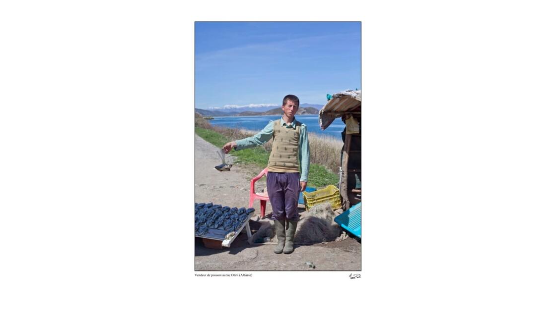 jeune vendeur de poisson sur la route