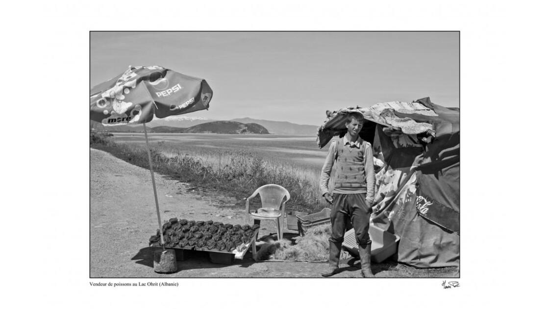 jeune vendeur de poisson au bord du lac