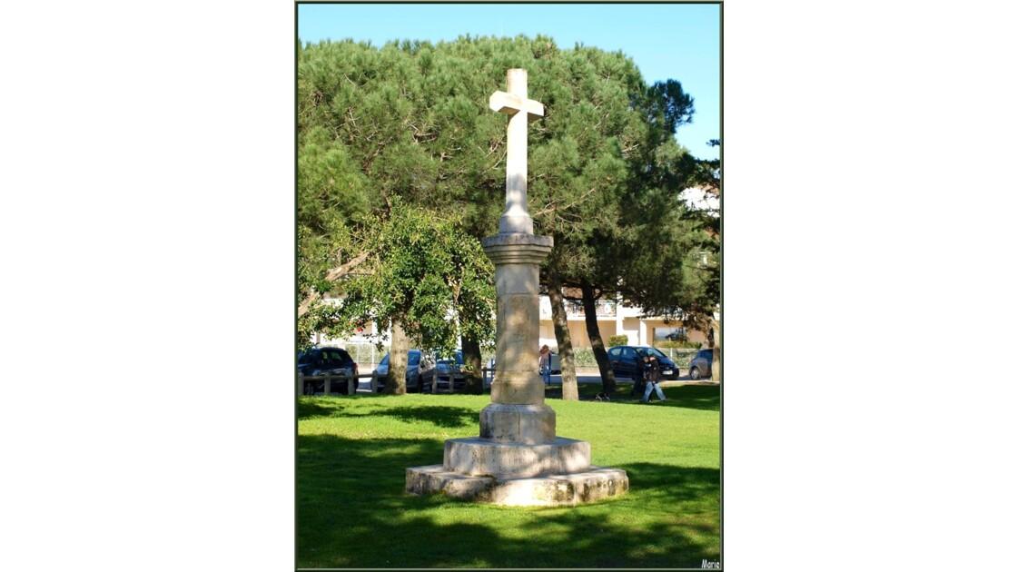 Eglise St Eloi, croix dans jardin_P2167