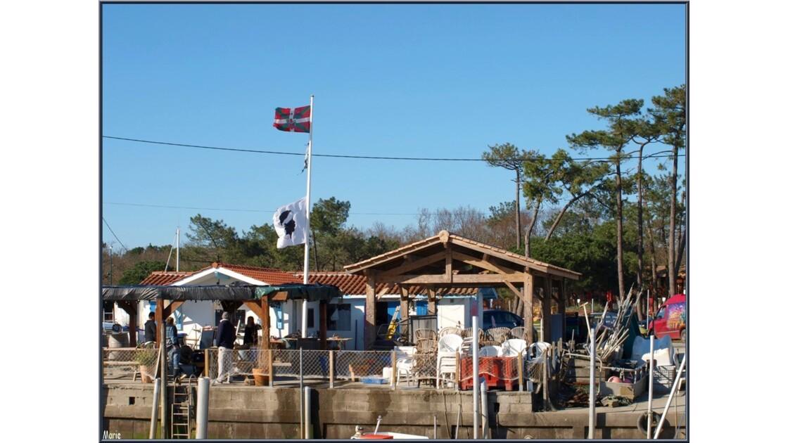 Cabanes aux drapeaux Basque et Corse