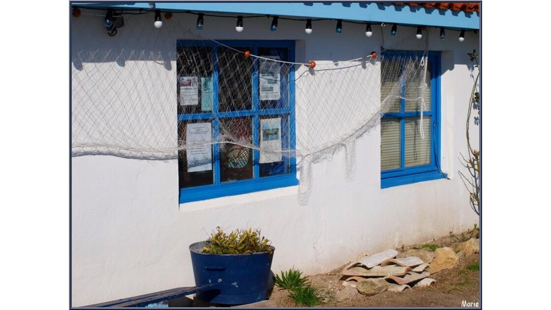 Cabane bleue au filet de pêche_P2167904