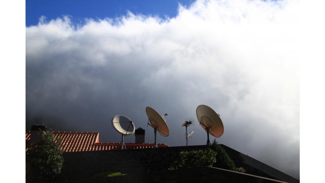 En regard de la masse nuageuse