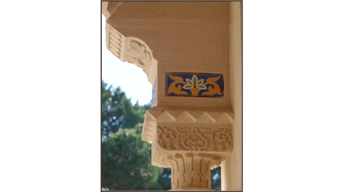 Chapelle, détail haut pilier du porche