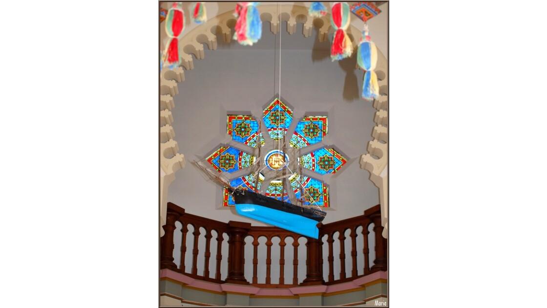 Chapelle balcon, rosace, bateau suspend