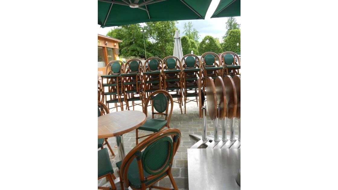 Tabeau vert et tables rondes