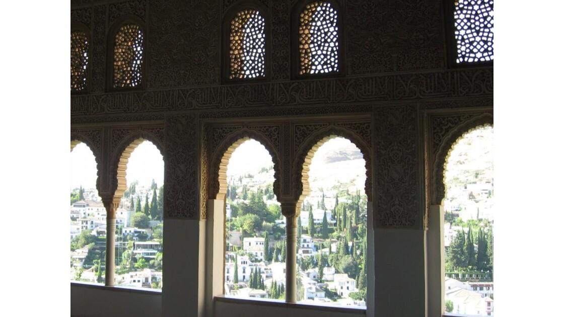 Alhambra, Grenade en fond