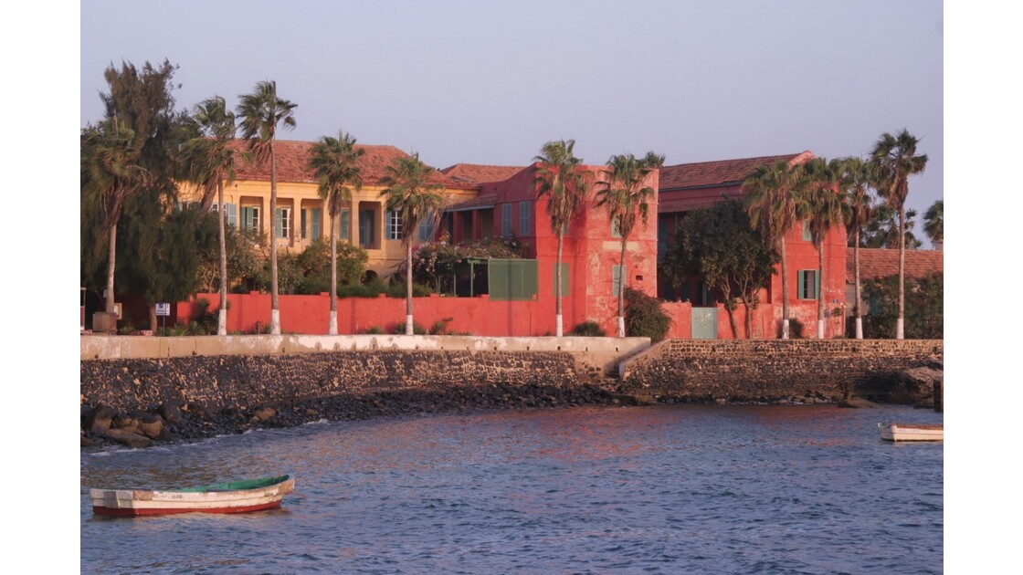 Lever de soleil sur le port de Gorée