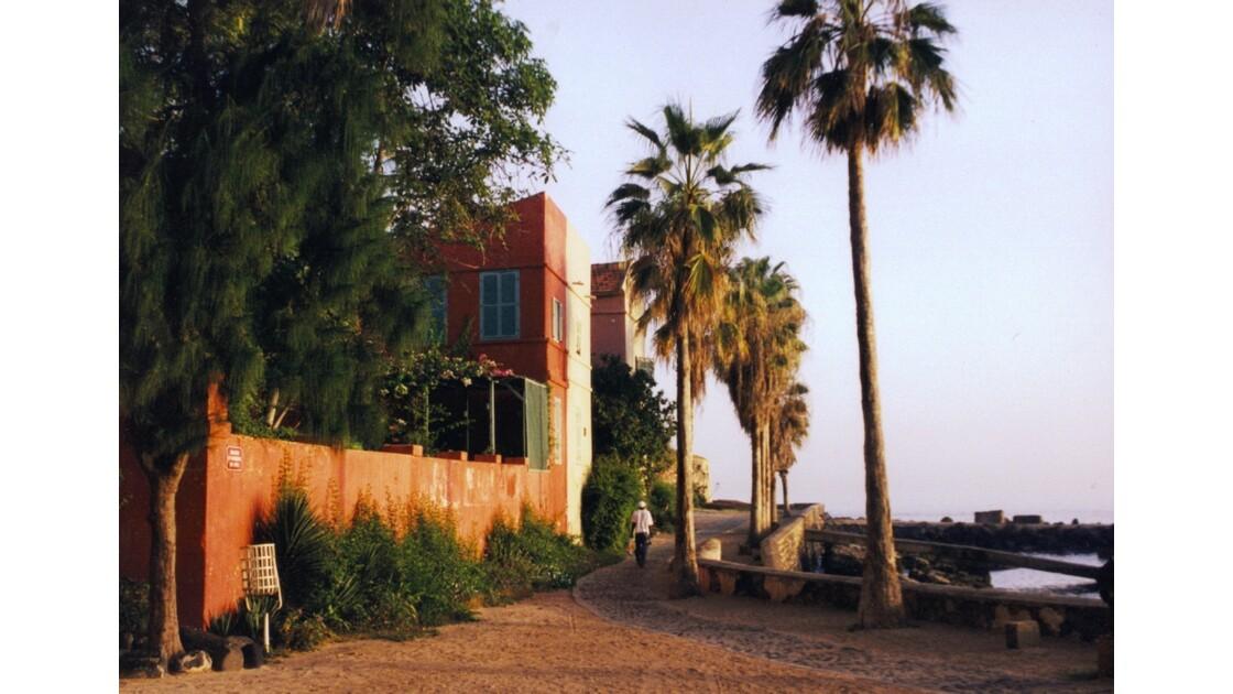 Le long du port de l'île de Gorée