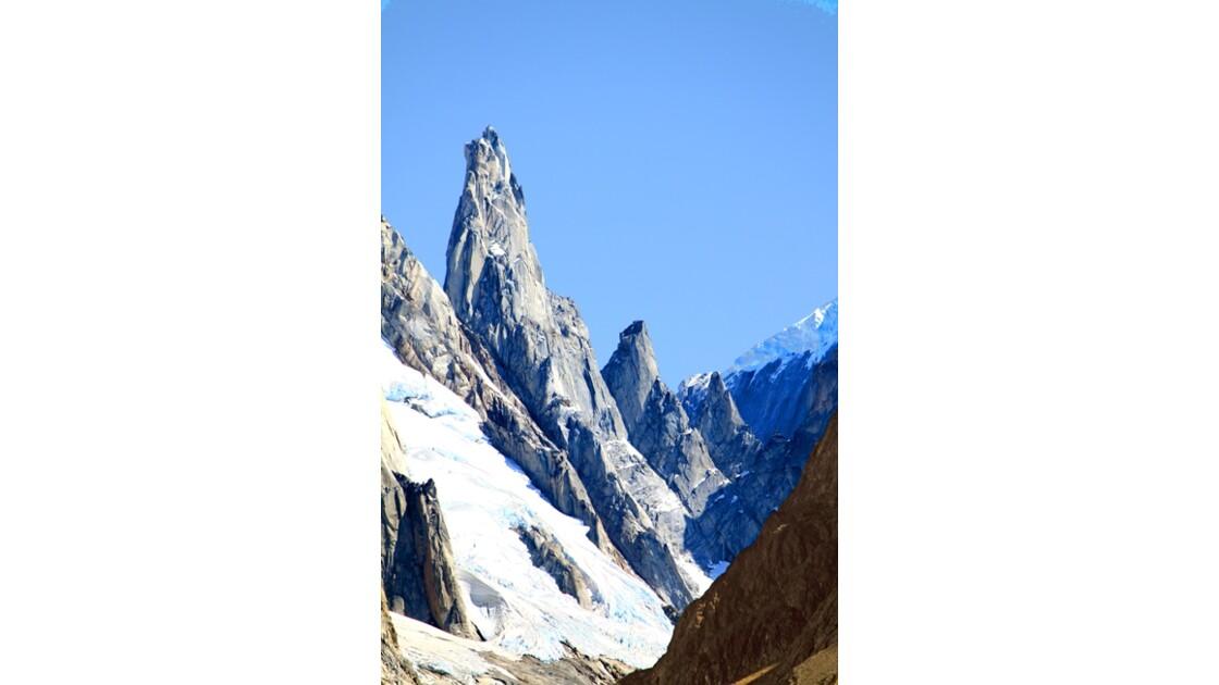 Cerro Torre D des aiguilles en chaine