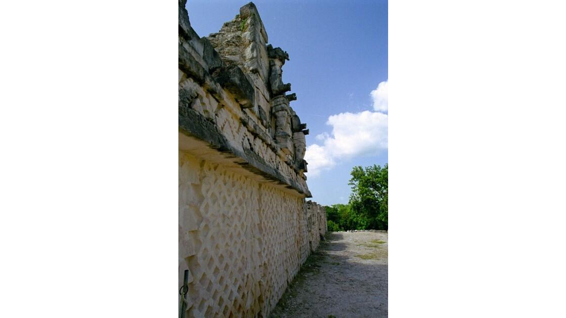 Mexique Kabah Statue côté Est