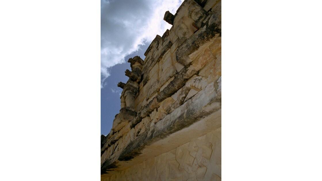 Mexique Kabah Statue côté Ouest