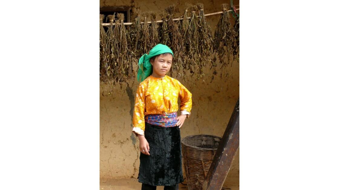 Jeune fille au chemisier jaune