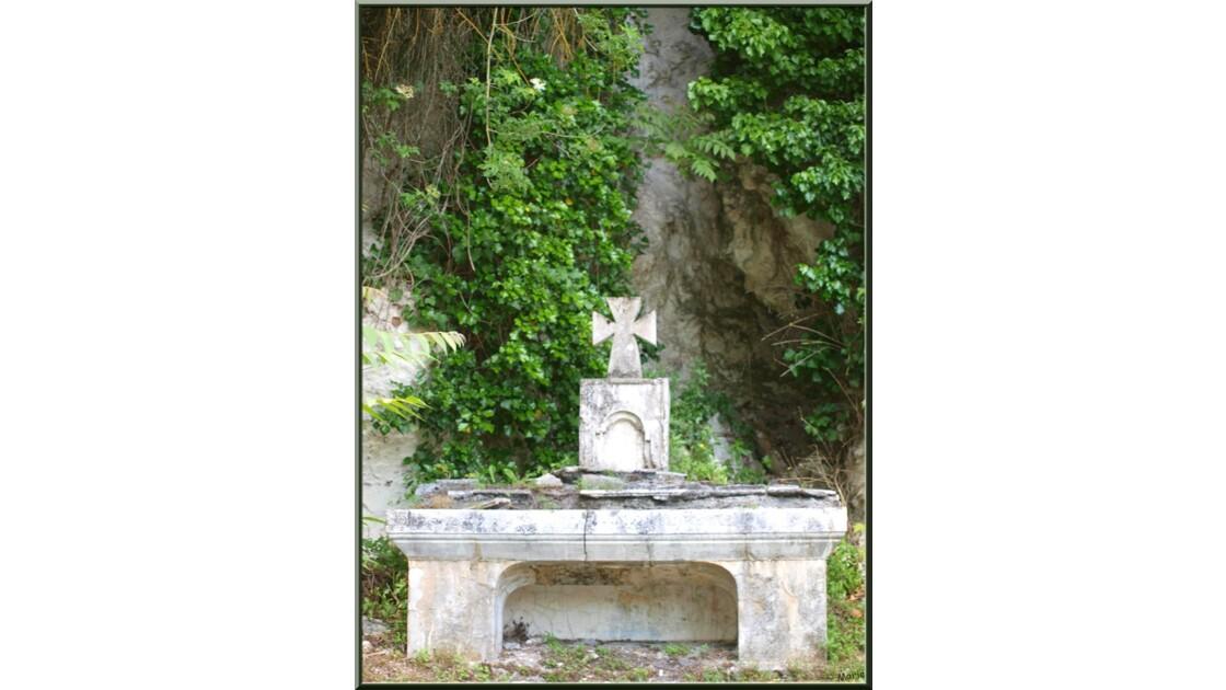 Ermitage monolithe, autel extérieur_P528