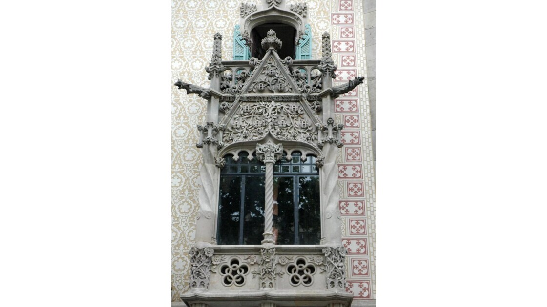 Balcon d'une maison gothique à Barcelone