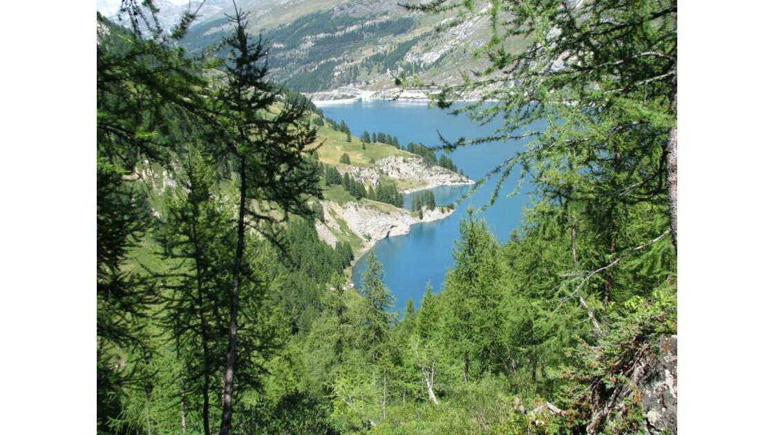 En bas, le lac du barrage du Chevril