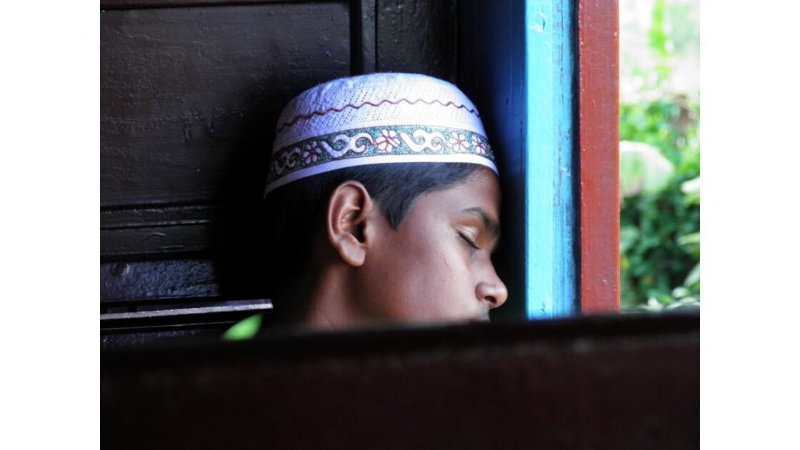 Jeune endormi dans le train