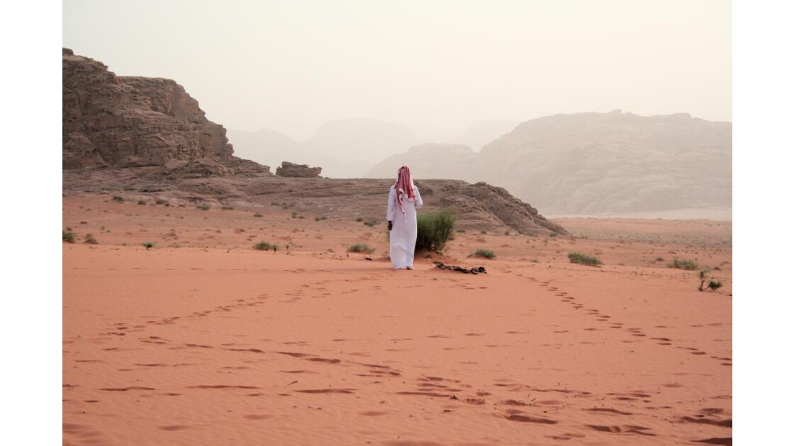 Un bedouin face au désert