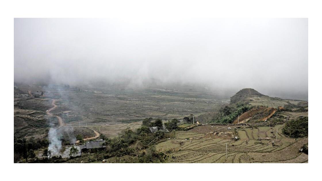 Montagne et rizières dans la brume