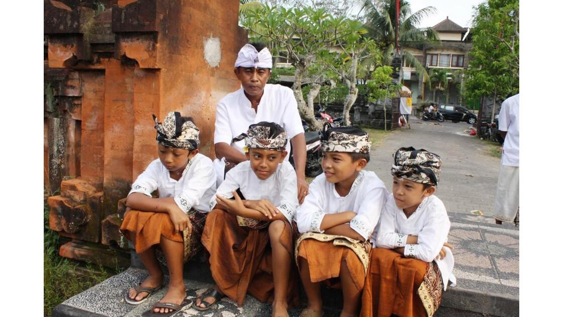 Enfants__Aux_Ceremonies_Bali_2011_00055