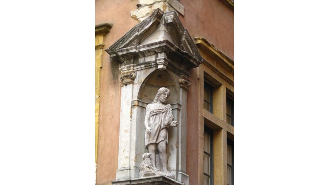 Rue st Jean: statue
