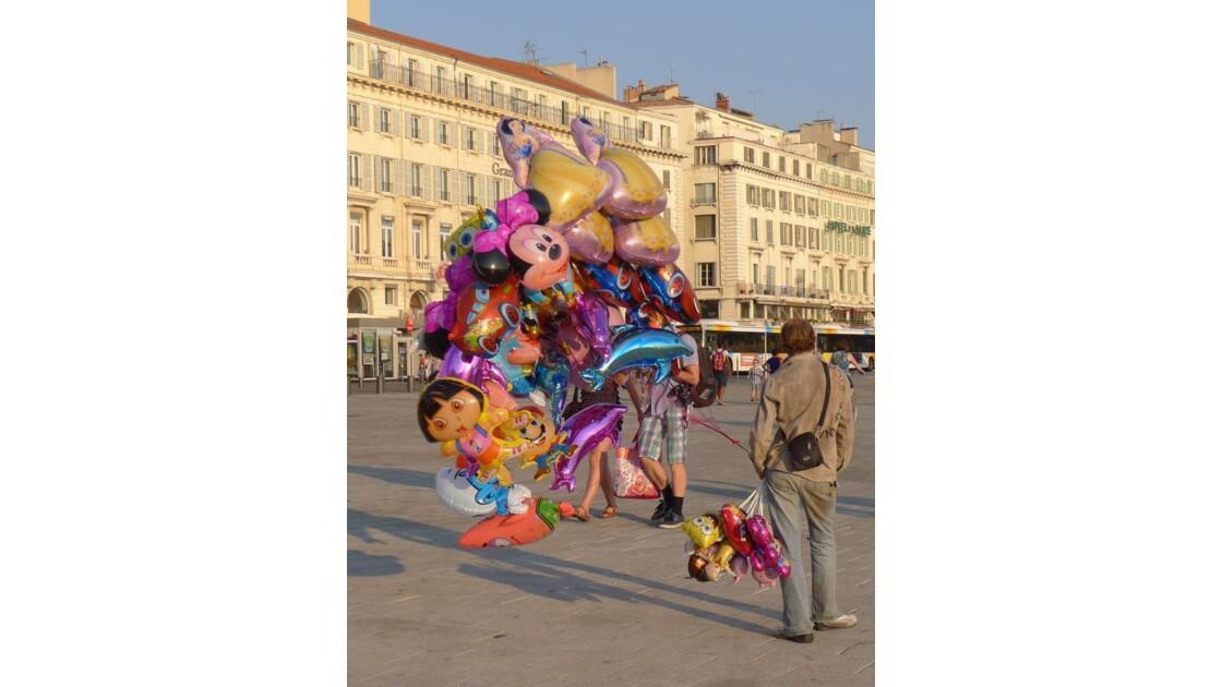 vendeur de ballons de dos