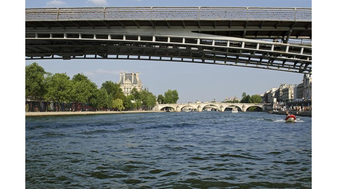 en passant sous le pont des Arts